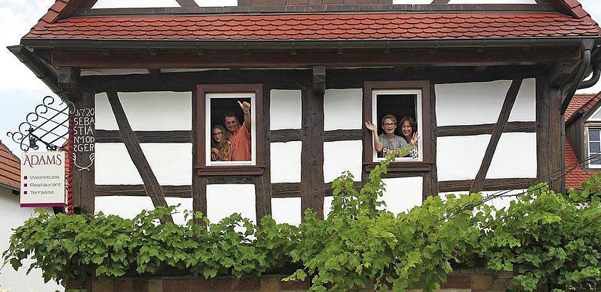 Haus_mit_Hauers_im_Fenster