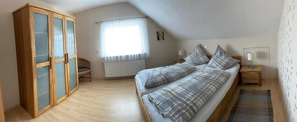 Schlafzimmer mit Doppelbett 180x200cm