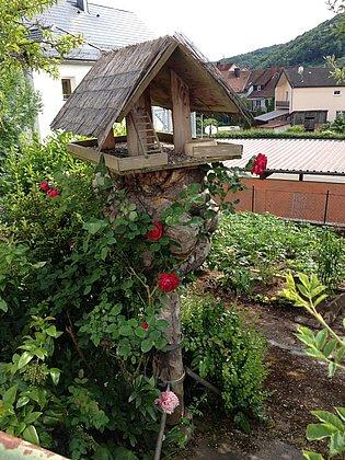 Vogelfutterhaus im Garten