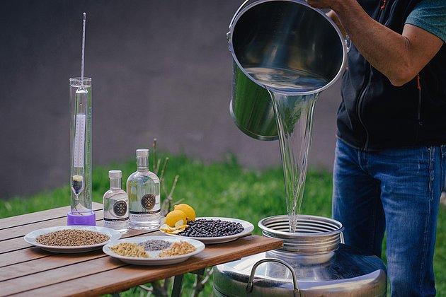 Im Weingut Erlenwein wird auch Gin hergestellt