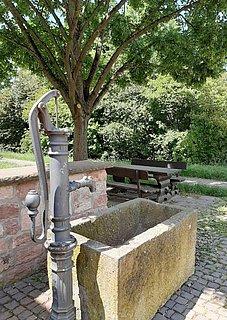 Idyllischer Dorfplatz mit Brunnen
