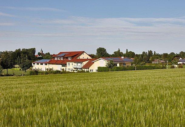 Inmitten von Feldern