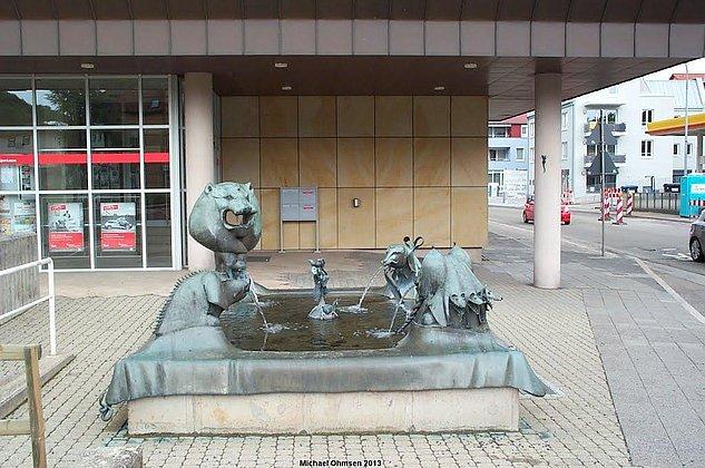 Brunnen vor Sparkasse